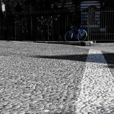 Da fare a Bologna: una di quelle cose che personalmente detesto ma non c'ho il tempo di andare in giro a fare foto quindi spulcio le bassezze più aberranti della mia cartella foto. Beccatevi il colorsplash della bici sulla cancellata di Santo Stefano. Che è una gran bella cancellata se vogliamo.