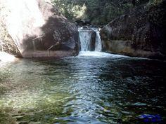 O poção tem 7m de profundidade e reserva um local para saltos de uma pedra com 8 m de altura.