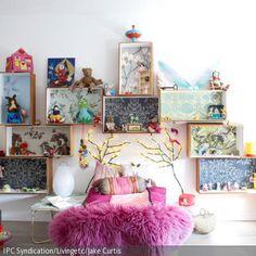 Die Gestaltung von diesem Kinderzimmer ist eine Mischung aus Regalsystem für Kinder und Puppenhaus, wo jedes Spielzeug sein Plätzchen findet. Die Rücken der Kisten …