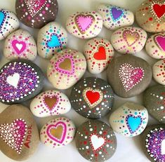 Love Painting Rock for Valentine Decorations Ideas Heart Painting, Pebble Painting, Love Painting, Pebble Art, Rock Painting Ideas Easy, Rock Painting Designs, Stone Drawing, Painted Rocks Craft, Painted Stones