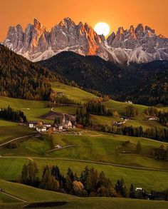 41.5 тыс. отметок «Нравится», 296 комментариев — OUR PLANET DAILY (@ourplanetdaily) в Instagram: «Sun setting over Val di Funes, Italy Photo by © @oldkyrenian  #OurPlanetDaily»