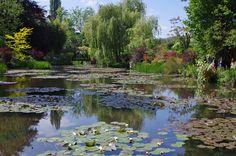 Lo stagno delle ninfee nel giardino di Claude Monet a Giverny.