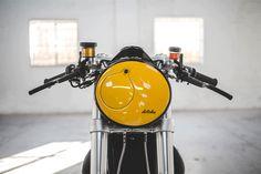 Loving the headlight treatment on the amazing new Triumph Thruxton R cafe racer from deBolex Engineering.