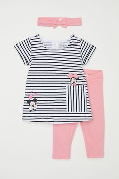 Set with a top leggings and hairband in soft cotton jersey. Short-sleeved flared top with snap fastener on one shoulder printed motif and appliqués at front and open pocket at lower section. Leggings with an elasticized waistband. Hairband with bow. Baby Outfits, Outfits Niños, Toddler Girl Outfits, Little Girl Fashion, Fashion Kids, Disney Baby Clothes, Flare Top, Mode Hijab, Kind Mode