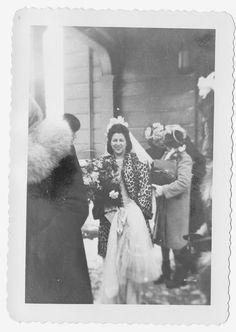 winter bride leopard fur coat - bring it back for how fabulous Mester Mester Constantinou Winter Wedding Attire, Winter Bride, Wedding Bride, Wedding Gowns, 1940s Wedding, Leopard Wedding, Leopard Fur Coat, Retro Vintage Dresses, Wild Style