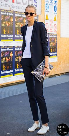 กระเป๋า Clutch เสื้อกางเกงสูทสีน้ำเงินเข้ม เสื้อสีขาว รองเท้าสีขาว Daria Strokous Milan Fashion Week Spring Summer 2014