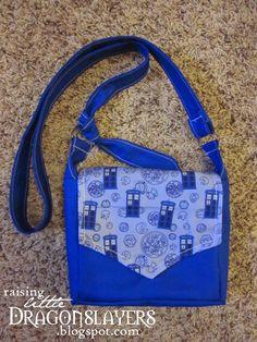 Raising Little Dragonslayers: Geeky purse tutorial: Make your own mini messenger-style cross-body bag. Diy Purse Patterns, Sewing Patterns, Doctor Who Bags, Diy Coin Purse, Coin Purses, Across Body Bag, Marc Jacobs Handbag, Purse Tutorial, Bag Making