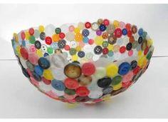 Auf folgende Seite erkennen Sie, wie kann man ganz leicht eine kreative und wunderschöne Vase aus Knöpfe selber basteln. Die Anleitung ist auch dabei.