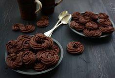 A fémdobozban árult, méregdrága vajaskekszet pillanatok alatt előállíthatjuk otthon is, és máris soha-ki-nem-fogyó készletünk lesz otthon. Chocolate Desserts, Fun Desserts, Dessert Recipes, Sweet Cookies, Cake Cookies, Pavlova, Cookie Decorating, Cookie Recipes, Breakfast Recipes