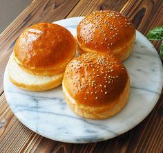 牛乳パックの型で、ふんわり手作りハンバーガーバンズ by きゃらきゃら(小林睦美) 牛乳パックの型を利用して、 高さのあるふっわふわのハンバーガーバンズが出来ちゃいます。 型は1回作れば、何回もの使えますよ! Japanese Buns, Japanese Bread, Japanese Cake, Japanese Food, Japanese Recipes, Bread Recipes, Baking Recipes, Bakery, Food And Drink