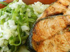 Salmão grelhado com batatas cozidas, feijão verde e molho verde