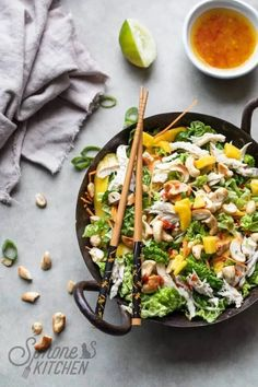 Thai Salads, Easy Salads, Asian Recipes, Healthy Recipes, Ethnic Recipes, Whole30 Recipes, Chicken Filet, Mango Salat, Chicken And Cabbage