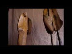 """Les escultures d'en Lau  Vaig deixar algunes escultures en fusta i bronze (de la col·lecció """"Paisatges Urbans"""", i la """"Home i Dona""""); així com, una colla de """"Genets de l'Apocalipsi"""" a en Jaime Puertas que és estudiant de cinema.  Entre els arbres verds la telefonia amb els ulls oberts.  Poema de Carles Sindreu  #escultura #fusta #art #poesia #sculpture #wood"""