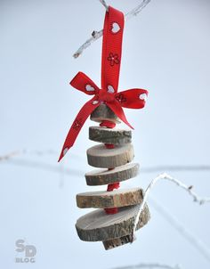 These pretty mini Christmas trees makes a great ornaments! It is made out of wood slices & grosgrain ribbon!