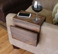 Simply Awesome Couch Sofa Arm Rest Wrap Tray Table with Side Storage Slot - Tisch ideen Diy Home Decor Projects, Diy Wood Projects, Wood Crafts, Diy Home Decor On A Budget Easy, Woodworking Projects, Fun Projects, Diy Sofa, Cool Couches, Wood Sofa