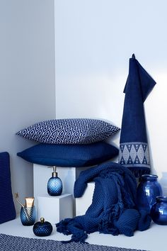 Pillows, vases, bath towels and cosy blankets — blue is always a great choice. | H&M Home