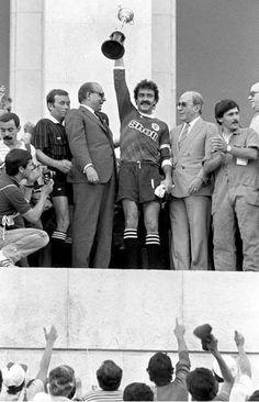 O capitão Bento levanta mais uma Taça de Portugal no Estádio Nacional, no Jamor. Fernando Martins também surge na imagem...