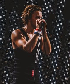 Ash while he was explaining to the crowd that the concert had to be cut short as a result of Mikey getting very injured // Wembley Arena // London, UK (6.13.15)