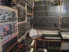 アニメやCMなどを手がける英国の作曲家、Lester Barnesのスタジオ。すごいです…… (^^;;