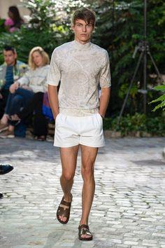 Hermès Spring 2019 Menswear Fashion Show Collection: See the complete Hermès Spring 2019 Menswear collection. Look 47 Men's Fashion, Male Fashion Trends, Men Fashion Show, Fashion Show Collection, Unisex Fashion, High Fashion, Fashion Tips, Fashion Design, Short Outfits