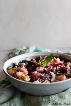 Bietensalade met appel, feta en walnoten. Lekker voor bij de BBQ! | It's a Food Life