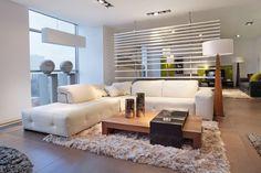 Warm, modernen Wohnzimmer mit Shag Teppich und weiße Schnittsofa