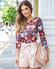 A primeira escolha da @arianecanovas foi shorts cintura alta em couro metalizado + camisa floral#KaeleLovers #ootd #meulook