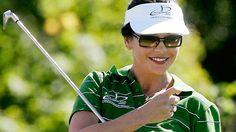 Catherine Zeta-Jones kann ein 25er Handicap vorweisen. Die Schauspielerin genießt es, mit ihrem Mann Michael Douglas über den Golfplatz zu ziehen, wie hier bei einem Celebrity-Turnier in Süd Wales im August 2005.