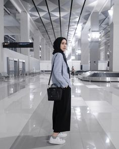 Chic Hijab Airport Outfit Ideas You Can Copy Modern Hijab Fashion, Street Hijab Fashion, Hijab Fashion Inspiration, Muslim Fashion, Fashion Outfits, Womens Fashion, Teen Girl Fashion, 2000s Fashion, Korean Fashion