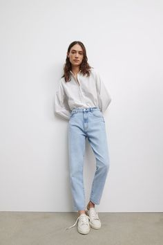 Outfits Blue Jeans, Light Blue Jeans Outfit, Mom Jeans Outfit, Mom Outfits, Blue Denim Jeans, Casual Outfits, Jeans Fit, Mom Jeans Style, Girl Fashion