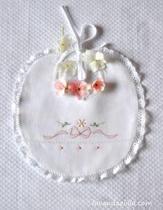 Lavanda e Lillà: Tutorial Hand Embroidery Flowers, Embroidery Applique, Embroidery Patterns, Machine Embroidery, Crochet Toys, Crochet Baby, Baby Bibs Patterns, Baby Sheets, Bib Pattern