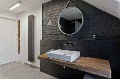 Nowoczesna łazienka, czarna cegła w łazience, cegła, drewno w łazience, drewniany blat. Zobacz więcej na: https://www.homify.pl/katalogi-inspiracji/20270/drewno-w-lazience-jakie-wybrac-i-jak-je-zabezpieczac