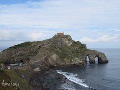 San Juan de Gaztelugatxe  es una pequeña isla situada en la costa bizkaina a unos 35 km de Bilbao.   En euskera significa Castillo d...