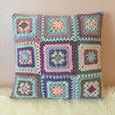 10 Free Gorgeous Pillow Crochet Patterns ---Two Granny squares Pillow Cover Free Crochet Pattern Crochet Granny Square Afghan, Crochet Squares, Crochet Motif, Crochet Yarn, Crochet Patterns, Granny Squares, Free Crochet, Granny Granny, Crochet Blocks