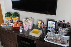 Noite da pipoca para cinema em casa. Ideias de temas e decoração de festa infantil. Dinning Table, Snack Bar, Cakes And More, Colorful Decor, Food And Drink, Table Settings, Table Decorations, Tableware, Party