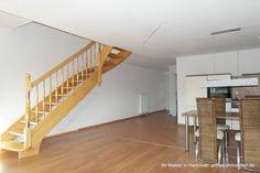 Blick aus dem Wohnbereich Richtung Treppenaufgang zum ausgebauten Spitzboden