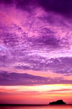 cloudscape    imalikshake: El color violeta BY Enrique Colombo