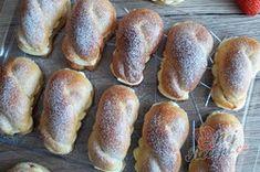 Dokonalé pudinkáče s vanilkovým krémem a jahodami   NejRecept.cz Pretzel Bites, Bread, Food, Brot, Essen, Baking, Meals, Breads, Buns