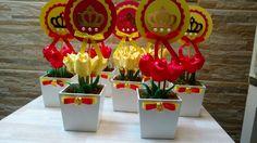 Cachepo de MDF 9x9,  4 tulipas em tecido cetim,  Topper em papel scrapbook com 12 cm de diâmetro,  Laços em cetim