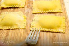 Пройдитесь пальцами со всех сторон начинки, чтобы удалить излишки воздуха, и разрежьте на отдельные равиоли. Края можно украсить с помощью вилки. РАВИОЛИ СО ШПИНАТОМ Empanadas, Ravioli, Pineapple, Food And Drink, Pasta, Fruit, Cooking, Tableware, Recipes