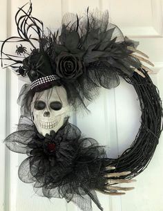 30 Amazing Halloween Decorations To Get Your Home Ready For The Holiday. If you are looking for Halloween Decorations To Get Your Home Ready For The Holiday, You come to the right place. Spooky Halloween, Porche Halloween, Halloween Door Wreaths, Halloween Door Decorations, Holidays Halloween, Halloween Crafts, Happy Halloween, Halloween Nails, Halloween Recipe