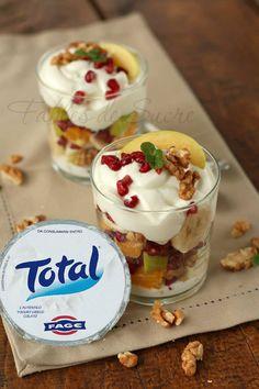 Macedonia con yogurt greco: un piacere a cui nessuno potrà dire di no. La dolcezza della frutta con la cremosità dello yogurt greco e piccoli pezzi di noci.
