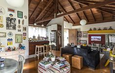 """Minha Casa é Hype #18: o """"cafofo"""" irreverente e colorido de um casal de jornalistas em Floripa"""