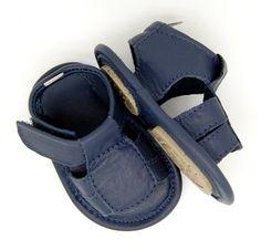 Sandália na Caixa!!! Descrição: Sandália em couro de pelica na cor azul marinho, macia e maleável. Estilo, conforto e segurança para…
