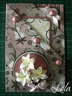 Эта открыточка весьма оригинальна и проста в изготовлении. Она прекрасно подойдёт для денежного подарка или фото-подарка. Для работы нам понадобится: - двусторонний картон с понравившимся вам рисунком. Формат картона А4. - Ножницы - двусторонний скотч - бумага и картон для тегов - брадсы - цветочки Складываем…