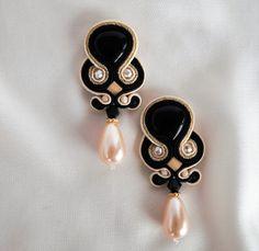 Bella orecchini, Orecchini Soutache neri, fatto a mano, Soutache gioielli, regalo per lei, eleganti gioielli, regalo donna   Gli orecchini sono uno dei disegni della collezione invernale, perfetto per il regalo di Natale, fatto a mano in tecnica soutache.  Mi assicuro che tutti i materiali utilizzati sono di altissima qualità. Gli orecchini sono fatti di soutache braid, cristalli Swarovski, perline Toho giapponese, finitura argento e minerali di alta qualità.  Gli orecchini sono rifiniti con…