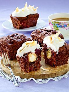 In den kleinen Schoko-Kirsch-Kuchen verstecken sich Raffaellos. Das müsst ihr ausprobieren!