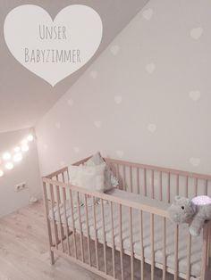 """Hellgrau ist beruhigend und neutral.. Perfekt in Kombination mit kleinen Naturhighlights und Holz.  Eine Lichterkette von """"la case de cousin paul"""" bringt ein wunderschönes beruhigendes Licht in das Zimmer. Kleine weiße Herzen machen das helle grau noch ein wenig verspielter.  #babyzimmer #hellgrau #dekoration #lightgrey #babyroom #decoration #natur #nature #IKEA #cloudb #lacasedecousinpaul"""