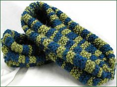 My Mom was made these for all of us. (This pattern has a couple of modifications & picture tutorials that might be helpful. Loom Knitting Patterns, Knitting Stitches, Knitting Socks, Knitting Projects, Knit Socks, Crochet Patterns, Crochet Ideas, Crochet Projects, Knit Slippers Free Pattern