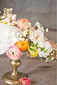 Ranunculus and persimmons... perfect combination. Be inspired: www.fb.com/labolaweddings